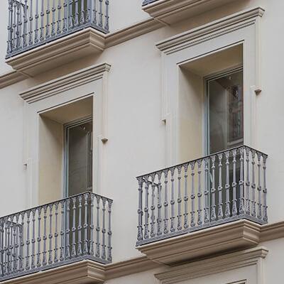 Rehabilitación de fachada en sant joan, 17 de reus. Molduras de piedra natural a medida con diseño personalizado.